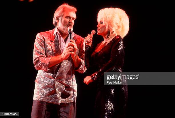 Kenny Rogers and Dolly Parton at the Rosemont Horizon in Rosemont, Illinois, March 30, 1986.