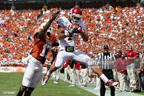 Kenny Stills of the Oklahoma Sooners catches a touchdown pass over Adrian Phillips of the Texas Longhorns at the Cotton Bowl on October 8, 2011 in...