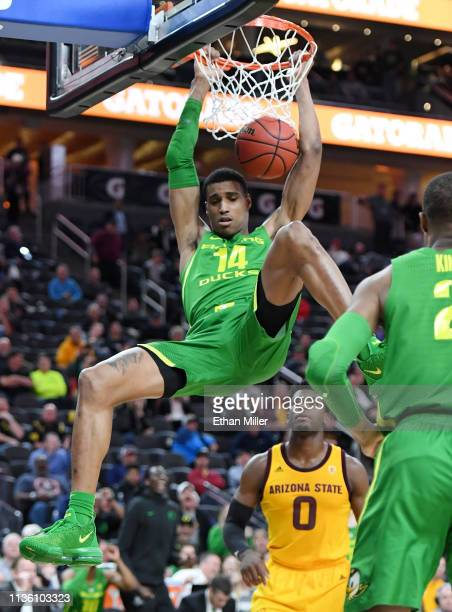 Kenny Wooten of the Oregon Ducks dunks against the Arizona State Sun Devils during a semifinal game of the Pac12 basketball tournament at TMobile...