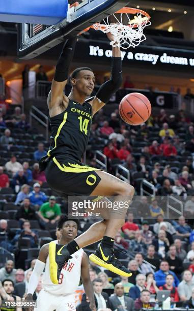 Kenny Wooten of the Oregon Ducks dunks against the Utah Utes during a quarterfinal game of the Pac12 basketball tournament at TMobile Arena on March...