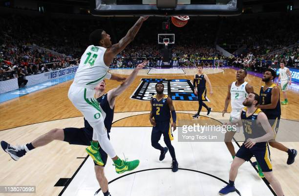 Kenny Wooten of the Oregon Ducks dunks against Tommy Rutherford of the UC Irvine Anteaters in the first half during the second round of the 2019 NCAA...