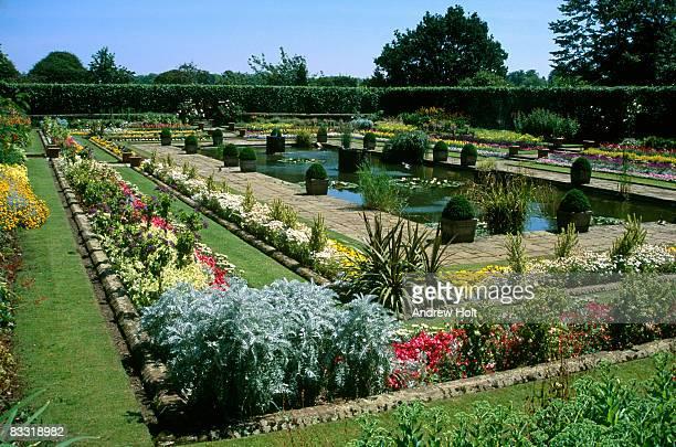 kensington palace gardens, pool and flowers - kensington palast stock-fotos und bilder