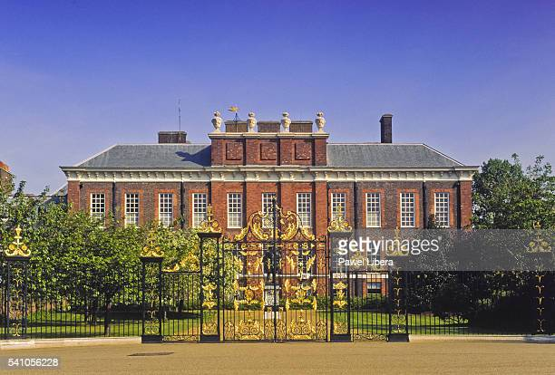 kensington palace in london - kensington palace stock pictures, royalty-free photos & images