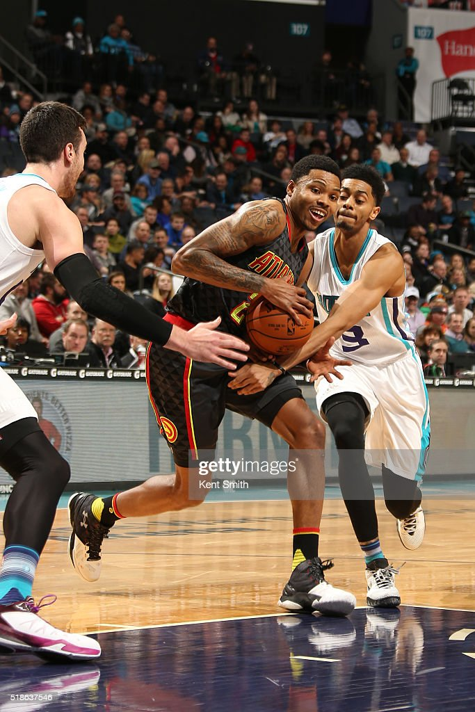 Kent Bazemore #24 of the Atlanta Hawks drives to the basket during the game against the Charlotte Hornets on January 13, 2016 at Time Warner Cable Arena in Charlotte, North Carolina.