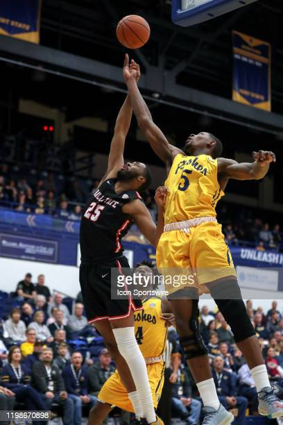 Kent State Golden Flashes forward Danny Pippen defends the shot of Ball State Cardinals forward Tahjai Teague during the first half of the men's...