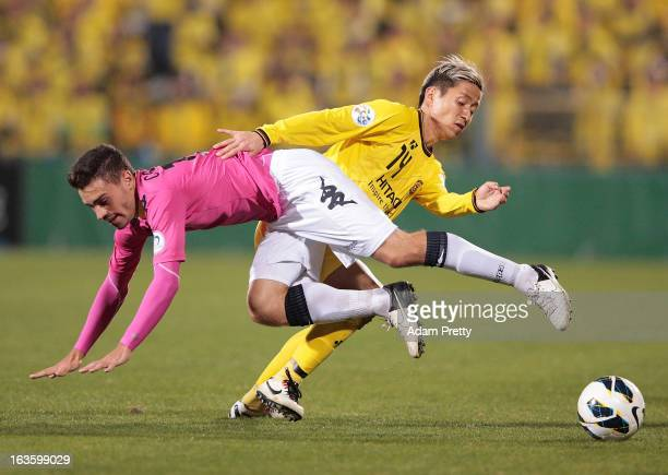 Kenta Kano of Kashiwa Reysol tackles Anthony Caceres of the Mariners during the AFC Champions League Group H match between Kashiwa Reysol and Central...