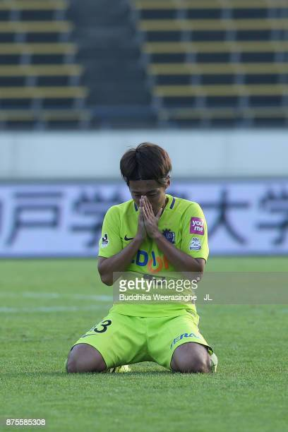 Kenta Mukuhara of Sanfrecce Hiroshima celebrates his side's 21 victory in the JLeague J1 match between Vissel Kobe and Sanfrecce Hiroshima at Kobe...