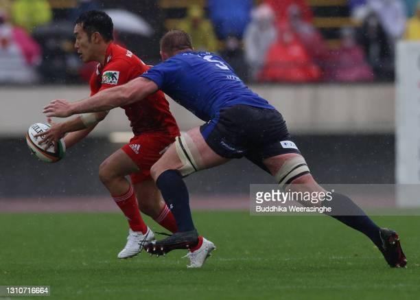 Kenta Tokuda of Kobelco Steelers runs the ball against George Kruis of Panasonic Wild Knights during the Top League match between Kobelco Steelers...