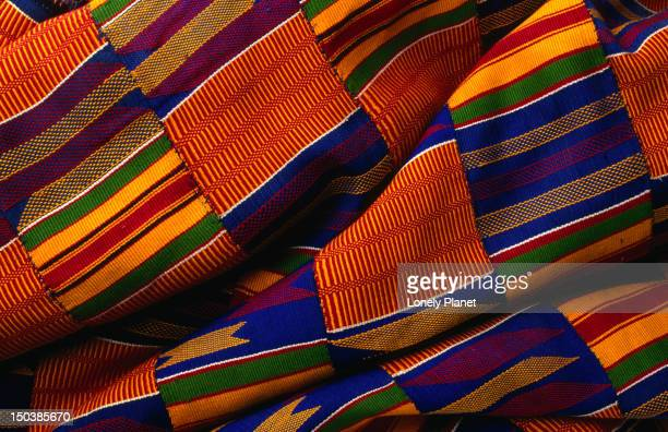 kente cloth from ghana. the origins of kente cloth date back to 12th when the cloth was worn by kings and queens and other royalty. - kente fotografías e imágenes de stock