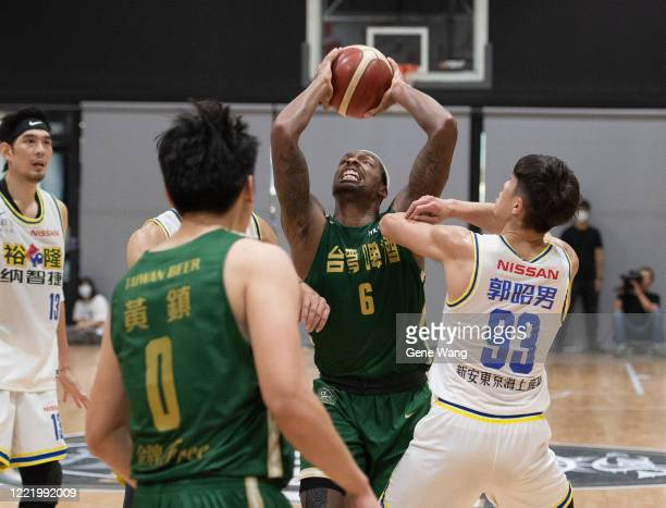 Kentrell Barkley of Taiwan Beer attempt to attack the basket during the SBL Finals Game Six between Taiwan Beer and Yulon Luxgen Dinos at Hao Yu...