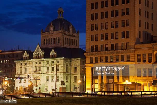 usa, kentucky, lexington, courthouse illuminated at dusk - lexington kentucky stock pictures, royalty-free photos & images