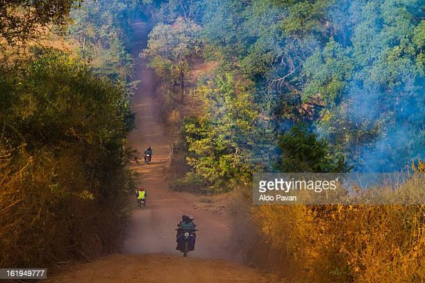 kenya, meru, dusty road - meru filme stock-fotos und bilder