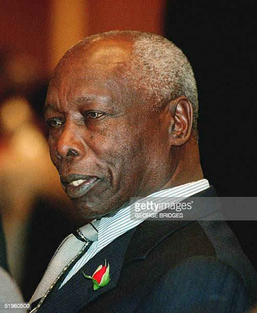 Kenyan President Daniel arap Moi talks with others in attendance as he prepares to speak to the National Summit on Africa 18 February in Washington...