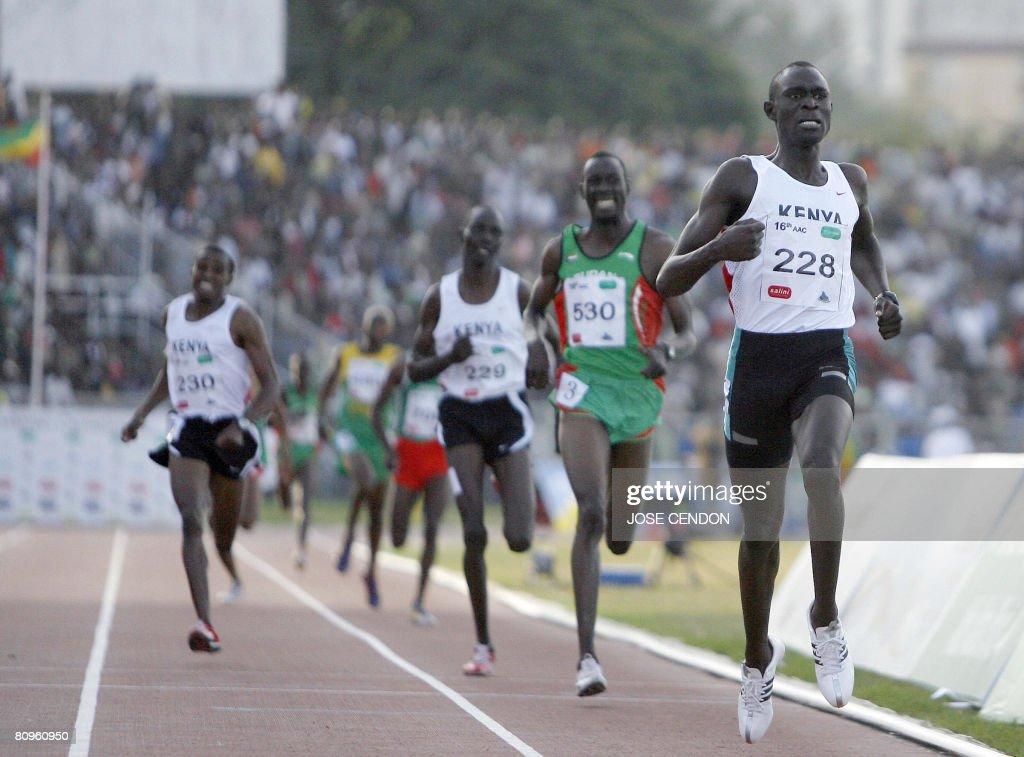 Kenya's David Rudisha (R) wins the Men's : News Photo