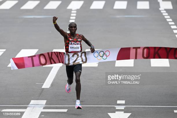 Kenya's Eliud Kipchoge crosses the finish line to win the men's marathon final during the Tokyo 2020 Olympic Games in Sapporo on August 8, 2021.