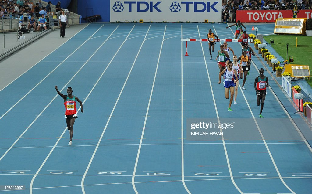 Kenya's Ezekiel Kemboi (L) wins the men' : News Photo