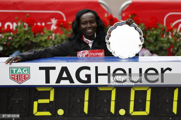 Kenya's Mary Keitany poses with her official time after winning the women's elite race at the London marathon on April 23 2017 in London / AFP PHOTO...