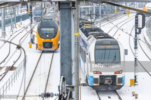 """keolis blauwnet communter trein en ns intercity trein rijden door de sneeuw in de winter - """"sjoerd van der wal"""" or """"sjo"""" stockfoto's en -beelden"""