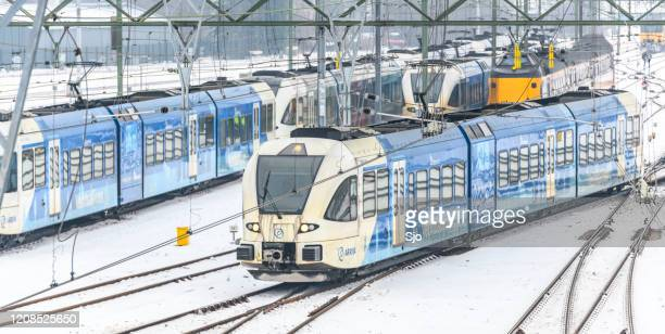 """keolis blauwnet communter trein rijdt door de sneeuw in de winter - """"sjoerd van der wal"""" or """"sjo"""" stockfoto's en -beelden"""