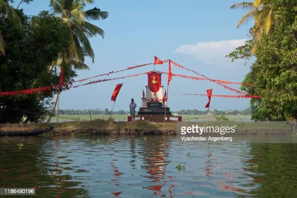 kerala backwaters, red flags, communism in kerala - argenberg fotografías e imágenes de stock
