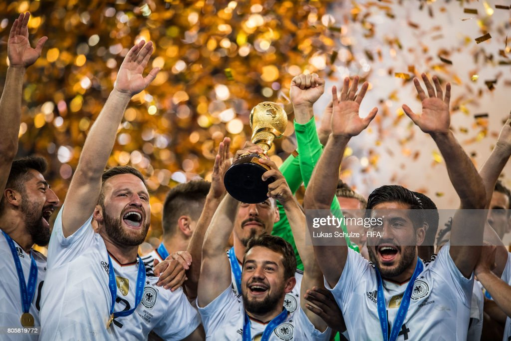 Kerem Demirbay (L-R), Shkodran Mustafi, Amin Younes und Emre Can of Germany hold the trophy after winning the FIFA Confederations Cup final match between Chile and Germany at Saint Petersburg Stadium on July 2, 2017 in Saint Petersburg, Russia.