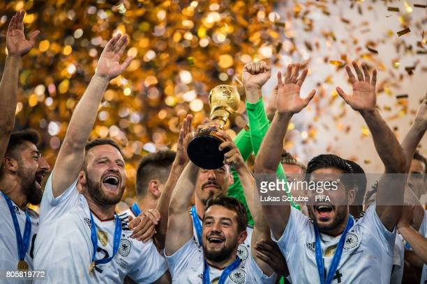 Kerem Demirbay , Shkodran Mustafi, Amin Younes und Emre Can of Germany hold the trophy after winning the FIFA Confederations Cup final match between...