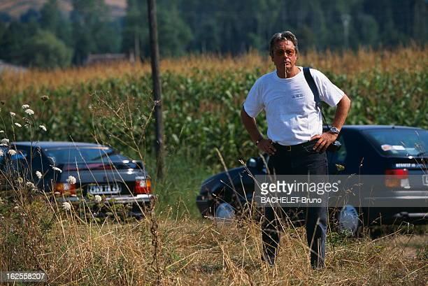 Keren Ann Alain DELON appareil photo en bandoulière et brin de blé dans la bouche est resté en retrait de la manifestation écologique contre l'...