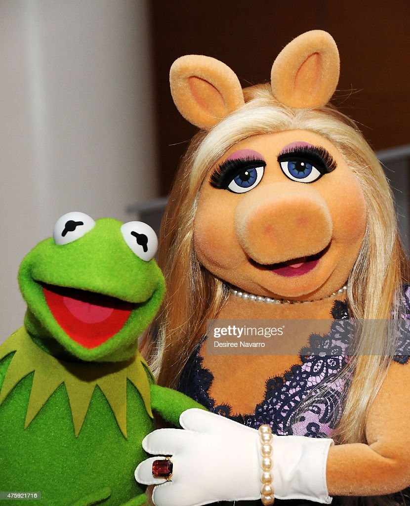 Kermit the Frog and Miss Piggy pose during the Brooklyn Museum's Sackler Center First Awards at Brooklyn Museum on June 4, 2015 in New York City.