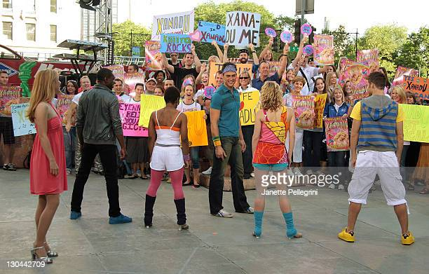 Kerry Butler Andre Ward Kenita Miller Cheyenne Jackson Patti Murin and Kyle Dean Massey from the Broadway cast of Xanadu perform on CBS' The Early...