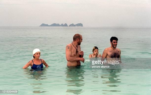 """Kerstin, Hendrik, Siri und Daniele beim Baden im Meer nahe der malayischen Insel Simbang . Alle vier sind Kandidaten der SAT.1-Abenteuer-Show """"Das..."""