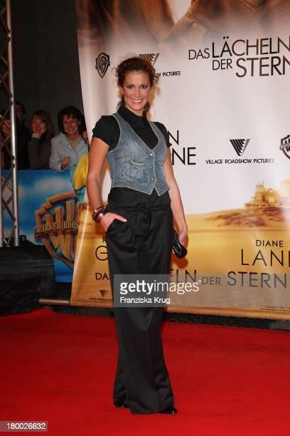 Kerstin Linnartz Bei Der Premiere Von Das Lächeln Der Sterne Im Cinestar In Berlin
