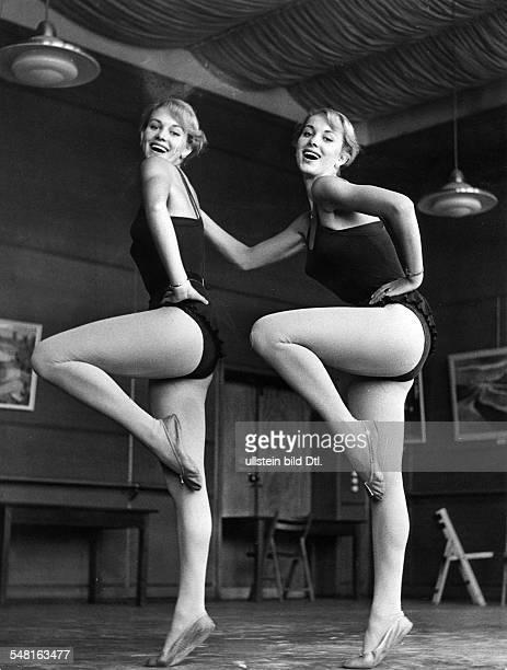 Kessler Alice und Ellen 'KesslerZwillinge' * Taenzerinnen Schauspielerinnen Saengerinnen D bei einer Tanzprobe 1957