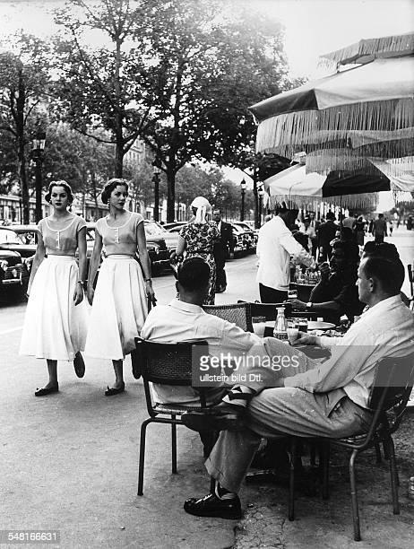 Kessler Alice und Ellen 'KesslerZwillinge' * Taenzerinnen Schauspielerinnen Saengerinnen D auf den ChampsElysees in Paris waehrend ihres Engagements...