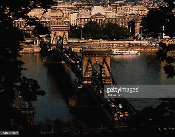 Kettenbrücke über die Donau mitParlamentsgebäude