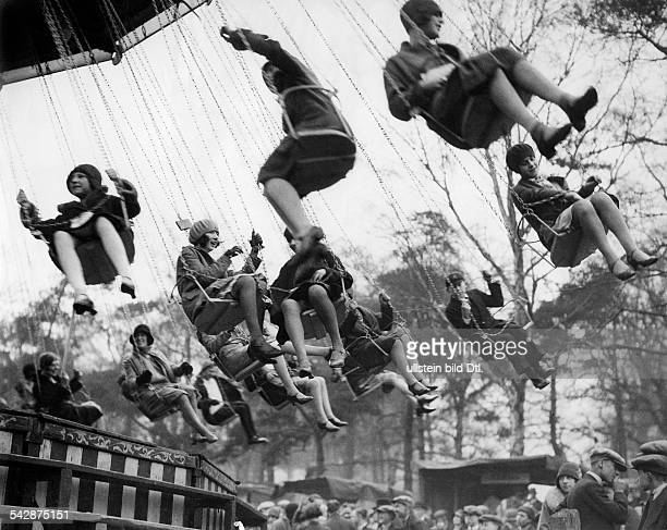 Kettenkarussell in einem Vergnügungspark in England1929Aufnahme: Planet News / Vertrieb: Eduard Schlochauer