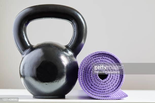 kettle bell and yoga mat - fitnessmat stockfoto's en -beelden