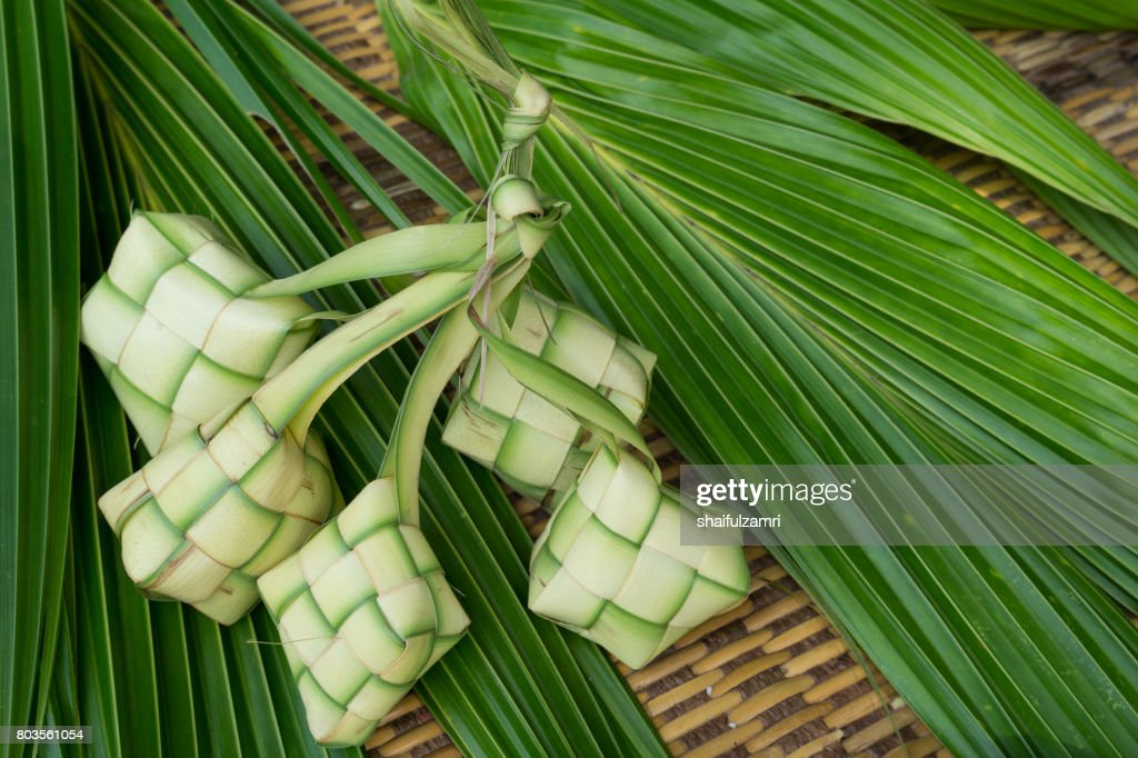 Ketupat, Kupat or Tipat is a type of dumpling made from rice packed inside a diamond-shaped container of woven palm leaf pouch. It is commonly found in Indonesia, Malaysia, Brunei and Singapore. : Foto de stock