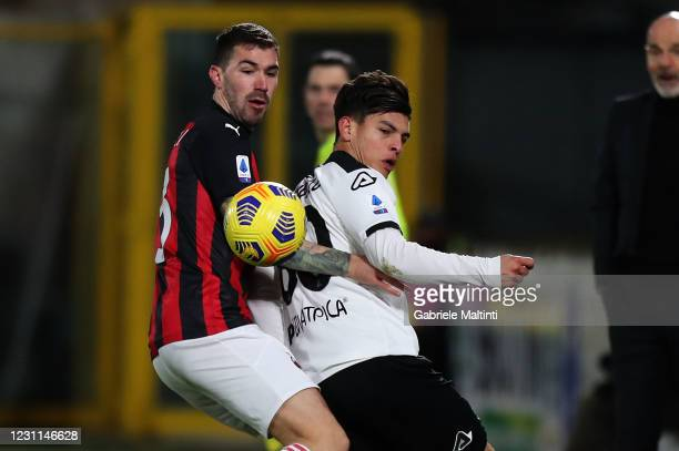 Kevin Agudelo of Spezia Calcio battles for the ball with Alessio Romagnoli of AC Milan during the Serie A match between Spezia Calcio and AC Milan at...