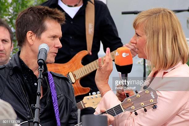 Kevin Bacon vom GesangsDuo Bacon Brothers Andrea Kiwi Kiewel ZDFSonntagsShow Fernsehgarten Mainz RheinlandPfalz Deutschland Europa Auftritt Bühne...