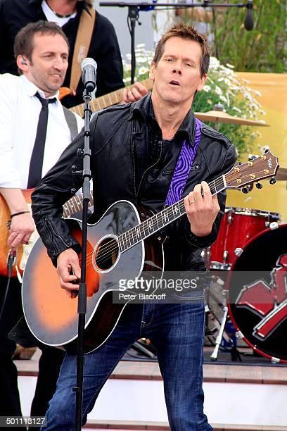 """Kevin Bacon vom Gesangs-Duo """"Bacon Brothers"""", ZDF-Sonntags-Show """"Fernsehgarten"""", Mainz, Rheinland-Pfalz, Deutschland, Europa, Auftritt, Bühne, Mikro,..."""