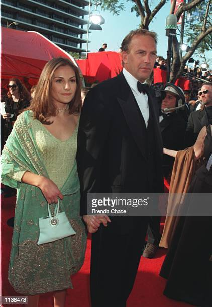 32199 Kevin Costner with his 14 year old daughter Annie arriving at the 71st Academy Awards at the Dorothy Chandler Pavilion