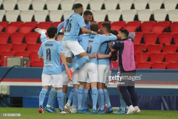 Kevin De Bruyne of Manchester City celebrates with Ilkay Gundogan, Riyad Mahrez, Kyle Walker, John Stones and Rodrigo after scoring their side's...