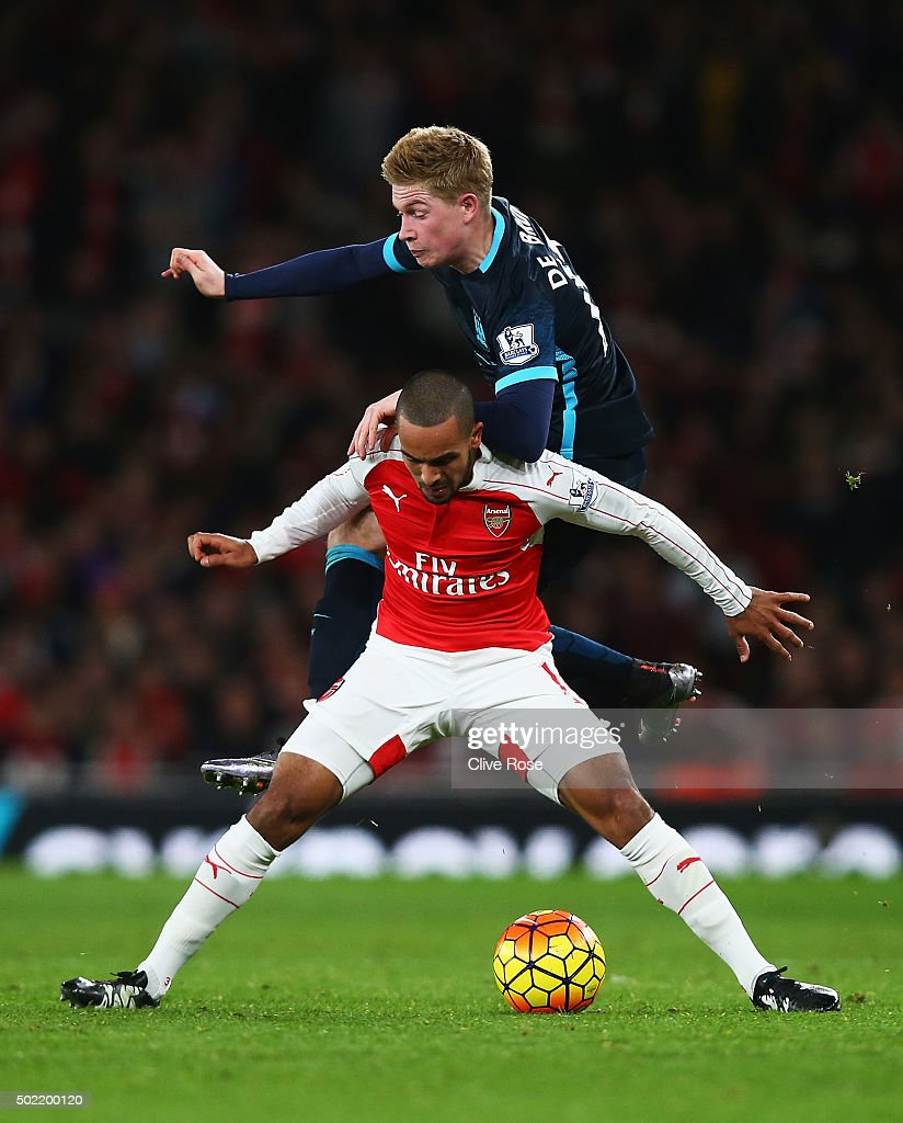Kevin de Bruyne of Manchester City challenges Theo Walcott of Arsenal during the Barclays Premier League match between Arsenal and Manchester City at Emirates Stadium on December 21, 2015 in London, England.