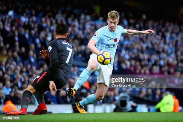 Kevin De Bruyne of Manchester City controls the ball while under pressure from Alexis Sanchez of Arsenal during the Premier League match between...