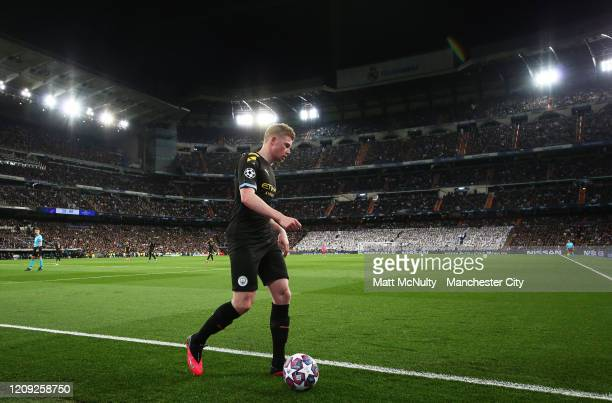 Kevin de Bruyne of Manchester City prepares to take a corner during the UEFA Champions League round of 16 first leg match between Real Madrid and...