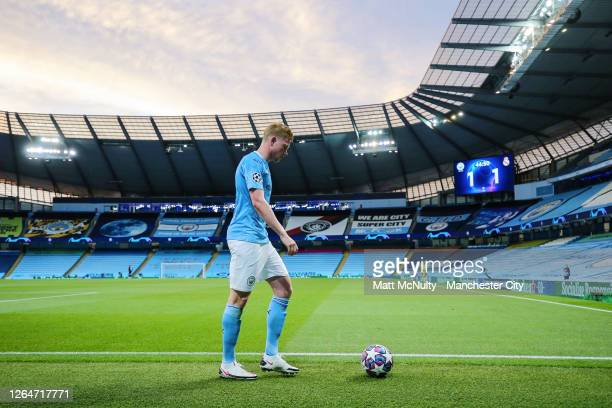 MANCHESTER ENGLAND AUGUST 07 Kevin de Bruyne of Manchester City prepares to take a corner kick during the UEFA Champions League round of 16 second...