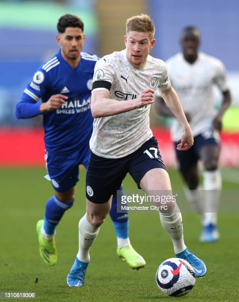 Kevin De Bruyne of Manchester City runs with the ball during the Premier League match between Leicester City and Manchester City at The King Power...