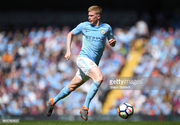Kevin De Bruyne of Manchester City runs with the ball during the Premier League match between Manchester City and Huddersfield Town at Etihad Stadium...