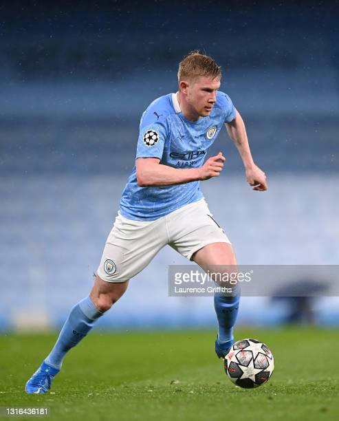 Kevin De Bruyne of Manchester City runs with the ball during the UEFA Champions League Semi Final Second Leg match between Manchester City and Paris...