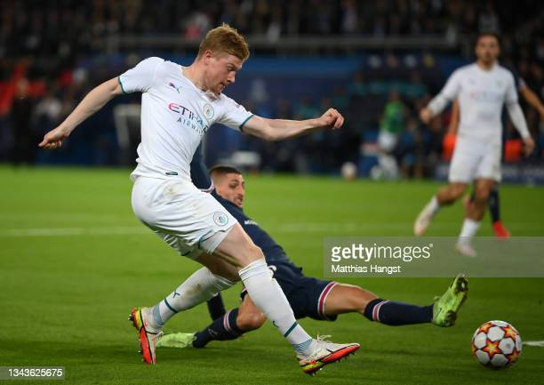 Kevin De Bruyne of Manchester City shoots whilst under pressure from Marco Verratti of Paris Saint-Germain during the UEFA Champions League group A...